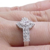 טבעת לאישה עם יהלומים לבנים, זהב לבן 585